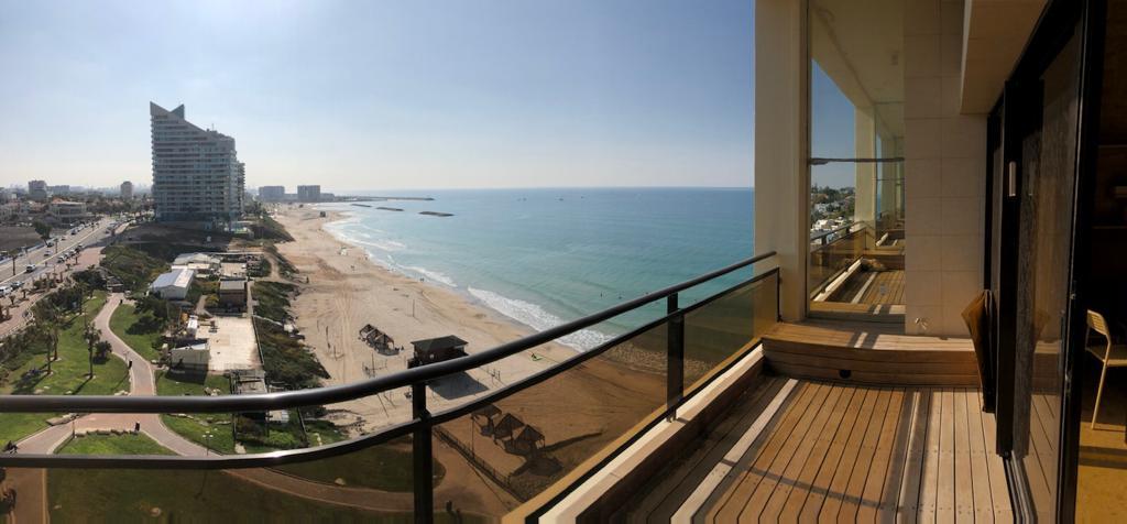 להשכרה, הרצליה פיתוח, בניין יוקרה על הים, קומה 4, דירת 2 חדרים עם מרפסת  עם נוף מלא לים, חניה. שכר דירה כולל דמי ניהול